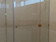 угловая душевая из стекла с золотой фурнитурой