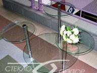 Миниатюрные столики из стекла на трубе