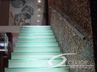 Стеклянная лестница с подсветкой