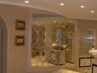Зеркальное панно в гостиной