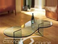 Необычной формы стол из стекла на УФ склейке