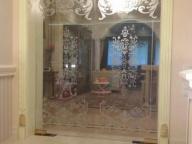 Стеклянные двери с пескоструйным  рисунком