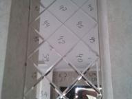 Зеркальная плитка в процессе монтажа