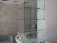 витрина из стекла в интерьере
