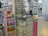 витрина стеклянная в аптеке